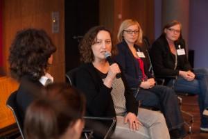 Aycha Riffi (Bildmitte, mit Mikro), Leiterin der Grimme Akademie bei den Medienfrauen 2014